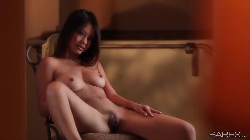 Азиатка разделась и показала нижнее белье