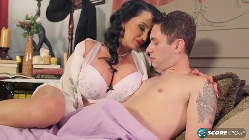 Блондинка в чулках занимается сексом с молодым любовником после дрочки